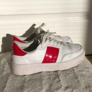 Skitballa sneakers från Bohoo, i princip oanvända i storlek 38. Säljer pga ingen användning! 💝 Skriv för mer info