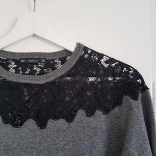 Finstickad tröja med spets från Zara! I märkningen står det att den är L, men den är snarare stor S eller M 👍 Den passar mig som har S bra 😌 Möts upp i Uppsala eller Stockholm, annars står köparen för frakt ☺
