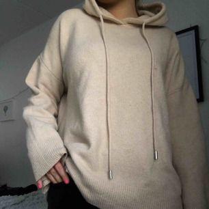 Supersnygg och skön stickad hoodie i beige färg från Zara. Supereftertraktad!! I princip oanvänd, därav väldigt bra skick. Säljer pga ingen användning.