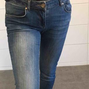 skitsnygga never denim byxor med normalhög midja! Klassisk blå färg, har vikt upp de så man ser hur långa de är på mig 155cm. Frakt inräknat i priset