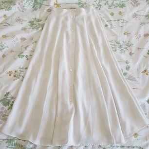 Härlig kjol med jättefint fall 😍 Köpt second hand, men är i jättefint skick! Saknar märkning men skulle gissa att den passar 34-36 bra, möjligtvis en liten 38 eftersom den har resår. Möts upp i Uppsala eller Stockholm, annars står köparen för frakt 😚