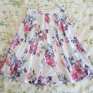 Jättehärlig somrig kjol köpt på New Yorker för några år sedan 😊 Den har dragkedja i sidan, insydd underkjol och går nedanför knäna på mig (166 cm). Bara använd en gång! Möts upp i Uppsala eller Stockholm, annars står köparen för frakt 😍