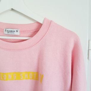 Supermysig och älskad tröja från Pull&Bear 😍 Säljer för att den inte passar min stil längre. Den är välanvänd och därför lite noppig, därav priset. Hoppas den kan göra någon annan glad ☺ Möts upp i Uppsala eller Stockholm, annars står köparen för frakt 👍
