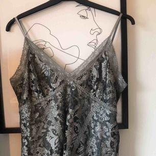 Snyggt detaljerat linne som kan användas på fest lika som i vardagen! jättefin modell med justerbara band❣️ köpt på second hand, aldrig använt då det inte är min stil🥺 passar bra på mig som vanligtvis har XS/S🥰 gratis frakt!❤️