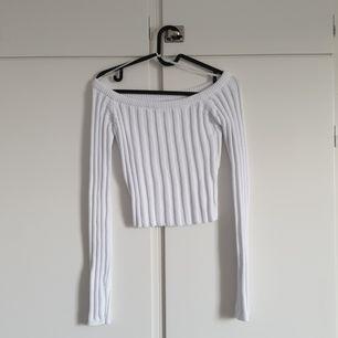 Stickad kort tröja från NA-KD