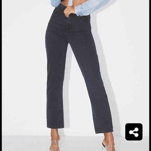 Svarta jeans ifrån Pretty Little Thing. Skulle passa super fint på dig med storlek 32 eller 34! Säljer då dem tyvärr är för små för mig. Oanvända med lappen kvar! Frakt tillkommer, kan ev mötas upp i Stockholm!