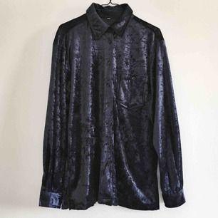Mörkblå sammetskjorta märkt storlek 42. Snyggt oversized på mej som är en 36a. Köpt second hand men i fint skick.