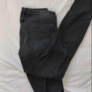 Skinny jeans med hål och diverse detaljer från ZARA.