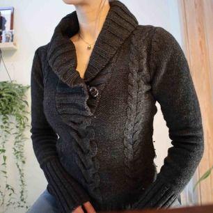 Tjock stickad tröja från H&M, fint skick. Skicka meddelande om ni vill veta vad ev. frakt hade kostat, kan mötas upp i Borås eller Kungsbacka.