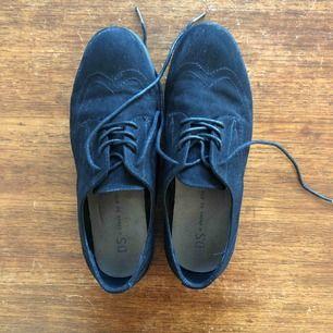 Svarta skor från Din Sko i fint skick. Använda några gånger. Det slitage som finns syns på bilderna. Mjuk och skön sula. Glömt bort vilken storlek de köptes i (står ej i eller under skon) men jag har 36/37 vanligtvis. Köparen står för frakt.
