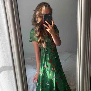 Jättefin klänning från Forever21. Når till knäna på mig som är 165 🤍 Ganska så v-ringad, men blir snyggt med tex en spetsbh/linne under 🤍