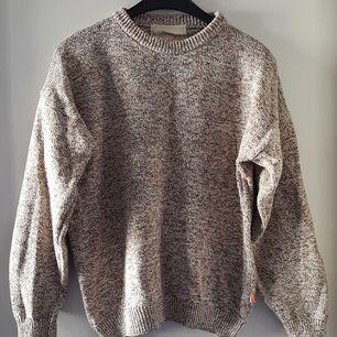 Vintage stickad tröja i storlek M. Fraktkostnad blir 88kr.