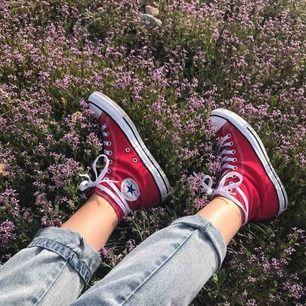 Snygga röda converse. Säljer pågrund av lite användning. Har burit skorna två gånger innan så de är i riktigt bra skick. Meddela om intresserad ❤️❤️