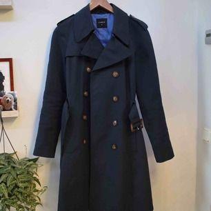 Säljer denna fina kappan från Lindex. Är i storlek 40, helt oanvänd och i bra kvalité. Nypris 400kr. Kan postas eller mötas upp i Borås eller Kungsbacka.