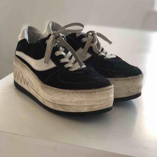 Dom här skorna har jag haft i runt ett år och känner att det är rätt tid att passa vidare dem. Dem är en hög platå med fin detalj runtom som liknar hjärtslag. Frakt ingår i priset!
