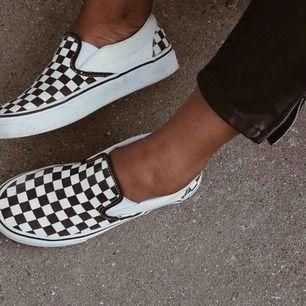 Classic Slip-On Vans. Säljer pågrund av för lite användning😔. Skorna är knappt ett år gamla men det finns ett litet hål längst fram på de. 250kr inklusive frakt☺️ Meddela om intresserad 🤍🖤