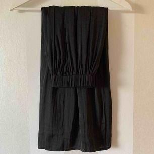Oanvänd sidenkjol från Gina Tricot   Kjolen är i två lager se bilder!   Priset är inklusive frakten, nypriset var 300kr