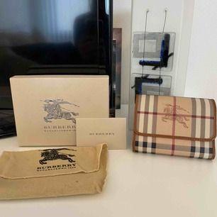 Äkta plånbok från burberry köpt i Tokyo. Kvitto finns. Säljer då jag inte får användning för den. Köparen står för frakt.