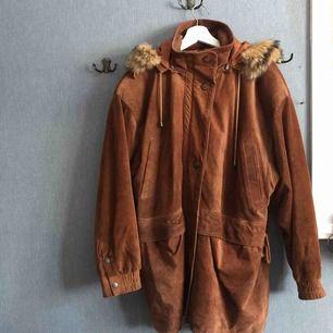 Vinter jacka från Saki Polar Collection. Vintage 1980-tal. Läder/ mocka med avtagbar luva/päls. Frakt ingår !