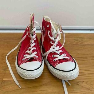 Röda Converse som nästan är oanvända. Köparen står för frakt.