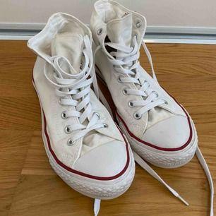 Vita Converse som är nästan oanvända. Köparen står för frakt. Pris kan diskuteras.