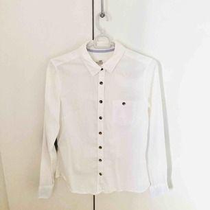 vit skjorta med bruna armbågslappar