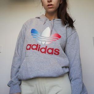 Grå vintage Adidas hoodie i stl M herr, passar bra oversize på mig som har stl XS dam. Frakt 63 kr.