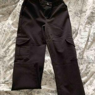 Raka oversized kostymbyxor med fickor på utsidan på båda benen. Använda 1 gång, kände inte riktigt att det var min stil dock väldigt sköna! 🖤