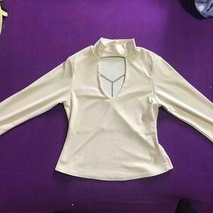 Pris eller bud. Beige tröja. Fin. Passar mig nästan själv har jag storlek S. Pris är inklusive frakt. Fint material. Skön. Fin detalj. Köparen står för frakt❤️🥰tveka inte med att höra av er.