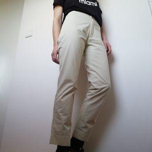 Beiga byxor med hög midja utan fickor bak i stl S från Peak Performance. Passar bra på mig som har stl XS. Modellen heter Chris slacks. Frakt 42 kr.