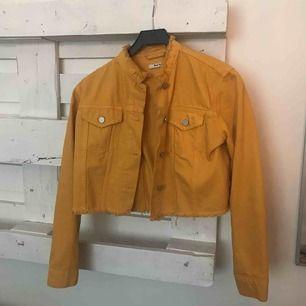Skitsnygg jeansjacka i härlig vårfärg 😍 köpt här på plick, märket Nakd men sällan använd!