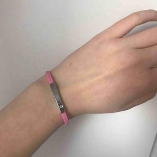 Rosa gummi armband med texten dream och en diamant. Frakt 9kr✨