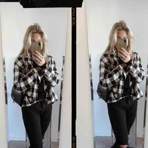 Säljer min rutiga skjort tröja som man kan ha som jag har på bilden som en tunn jacka skit snygg och populär!!!! Säljs då den inte kommer till användning❤️