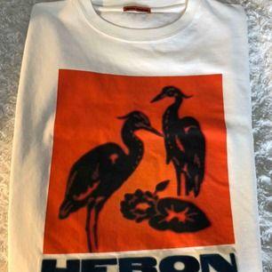 Helt oanvänd Heron Preston långärmad tröja med gås tryck. Aldrig använd, tags, kvitto, påse och låda finns kvar.  Original pris är 2789kr