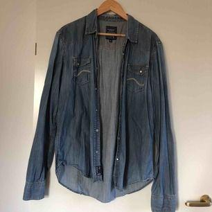 Jeansskjorta i storlek XL. Jag själv har storlek XS/S och har använt skjortan, sitter då lite oversize. Köparen står för frakt.