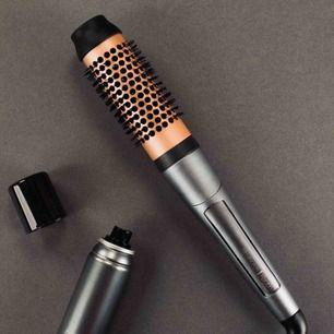 Värmeborste från Remington, 38 mm rundborste. Använd typ 2 gånger, så den är som ny. Gör vad den ska! Najs att använda för volym eller få bort friss och störiga virvlar i håret. Säljer pga har redan liknande verktyg. Nypriset var 499. 👍🏼