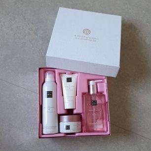 Helt ny Rituals presentförpackning med duschskum,body lotion, skrubb och handtvål. Nypris 325kr