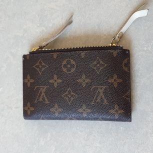 Mini plånbok med LV mönster. Ej äkta men väldigt lik som man kan se på bilderna. Totalt 6 kortfack, två fickor och två fickor med dragkedja.