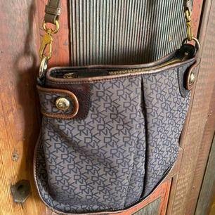 DKNY väska med beige läderband från Marc Jacobs. Använd men jätte fint skick. Några fläckar i innertyget annars inga anmärkningar, Frakt står köparen för. Kan skicka mer bilder 💞🌙💓