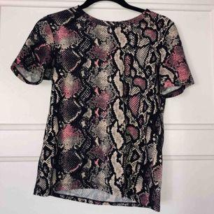 Jättesjuk t-shirt i beige/rosa ormskinns-tyg. Köparen står för frakt🐍