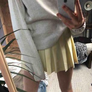 Säljer nu denna skitfina pastellgula kjolen från American Apparel pga att den inte kommer till användning:( möts upp i stockholm och fraktar!