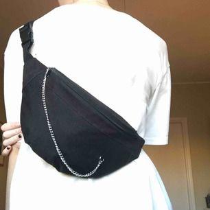 svart fannypack med silverkedja ! se sista bilden för hur kedjan sitter. frakt tillkommer☺️