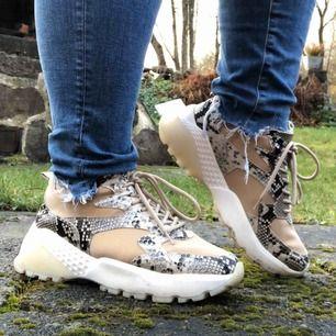 Riktigt snygga skor från River Island. Köpta för ca 1 år sen i London. Använda fåtal gånger. Frakt diskuteras vid köp men köparen står för frakt 🥰