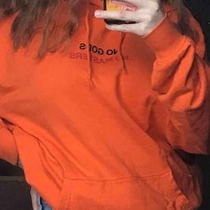 As snygg hoodie köpta på Carlings från märket Vailent. Ganska stor i storleken så den passar xs-m beroende på hur man vill att den ska sitta.  Kan mötas upp i Uppsala eller så tillkommer frakt