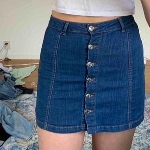 Superstrechig jeanskjol från Gina tricot, passar till allt och är flexibel i storleken, köparen står för frakt 📦