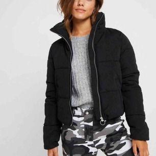 Helt ny, oanvänd och super snygg puffer jacket från Zalando. Fodrad och skön, Strl XS (34). Säljer då den är för liten för mig. Köpare står för leverans.