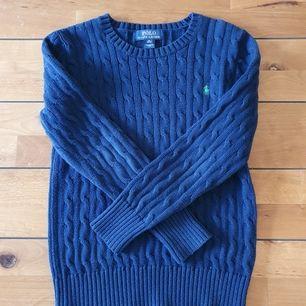 Säljer kabelstickad ralph lauren tröja i storlek M/10-12 i barnstorlek, skriv till mig för mått! Bra skick utom lite användning som syns på armbågarna. Säljs pga att den är för liten!