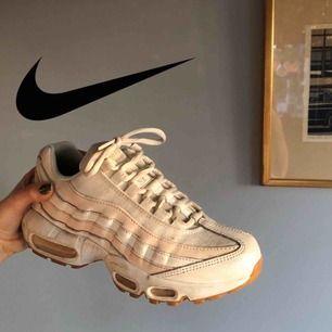 Nike airmax i rosa/vit. Något smutsiga men annars mycket gott skick. Inte använda många ggr! Frakt 80kr💕