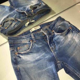 """Fina jeans från ginatricot i modellen """"Kristen""""! Storlek 25/30, säljes för att de tyvärr sitter för små på mig❤️ kan mötas upp i sthlm eller frakta!"""