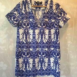 Blå:vit mönstrad klänning från Missguided som är oanvänd.